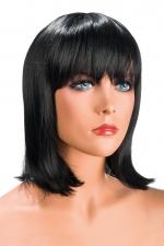 Perruque Camila brune : Perruque brune au look résolument moderne. Camila est mi-longue avec une frange effilée.